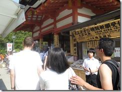 A guided walk between the two stones of Jishu-Jinja.